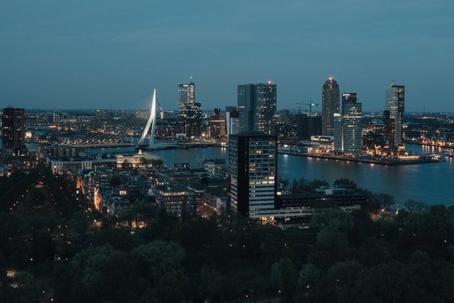 Rotterdam stad bij nacht met lichtjes